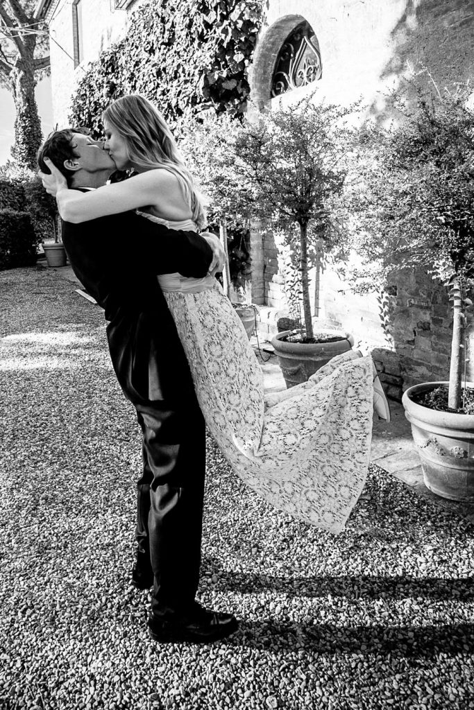 tuscany-wedding-kiss