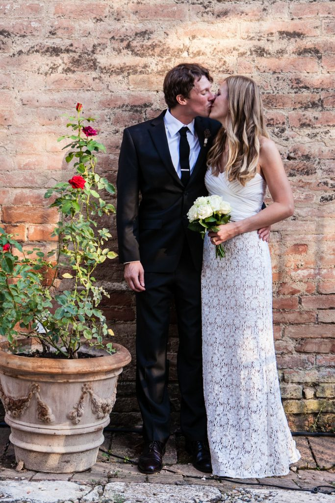 tuscany-wedding-kiss-bride-groom