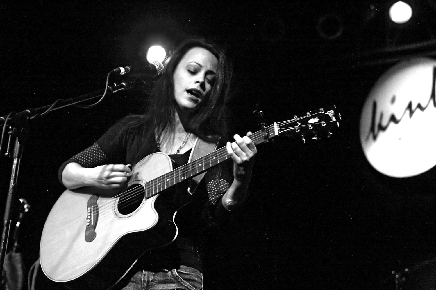 Mindy Smith plays guitar and sings in Portland Oregon