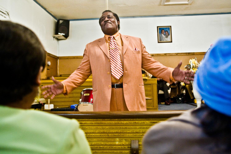Lifeline Community Church Paster Robert Weaver standing in front of congregation
