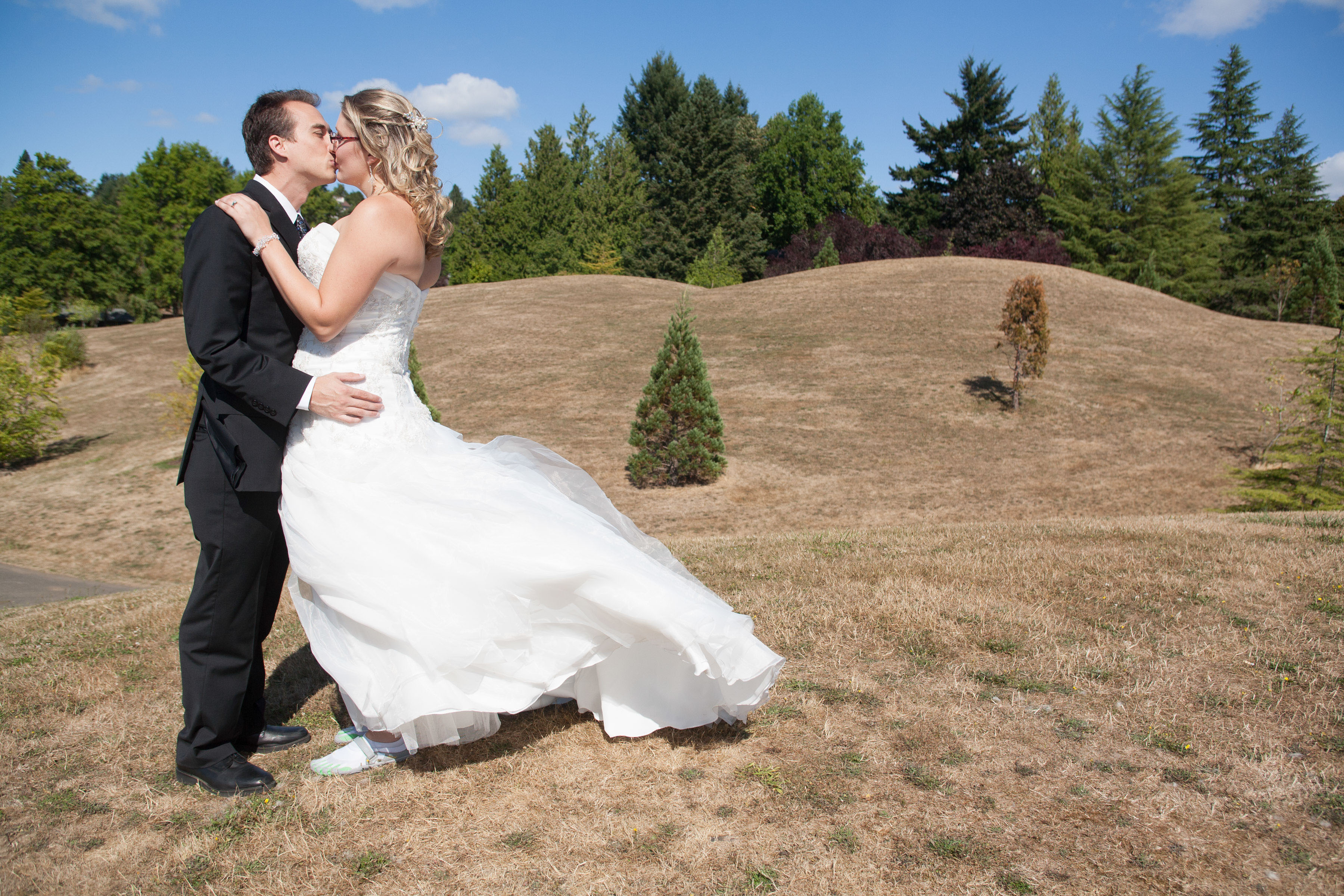 portland-oregon-bride-groom-kiss-outdoors
